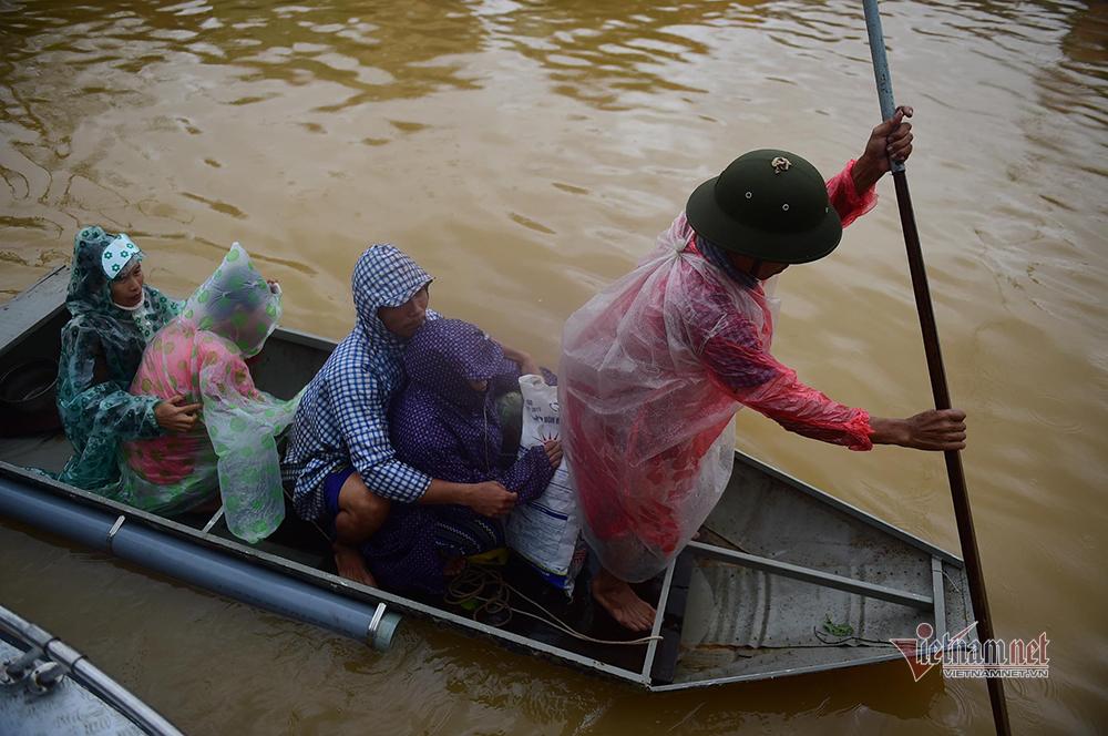 Lũ lụt Quảng Bình, nụ cười bà con nhận hàng cứu trợ ở bệnh viện - 15