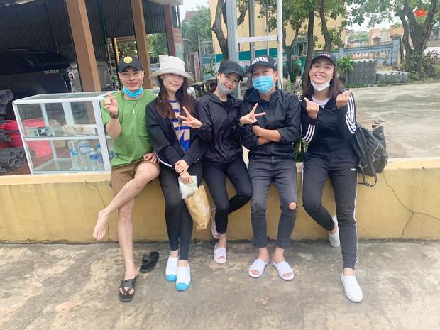 Vợ chồng Trường Giang - Nhã Phương cùng Diễm My 9X, Ái Phương và Lê Dương Bảo Lâm có mặt ở miền Trung để cứu trợ bà con