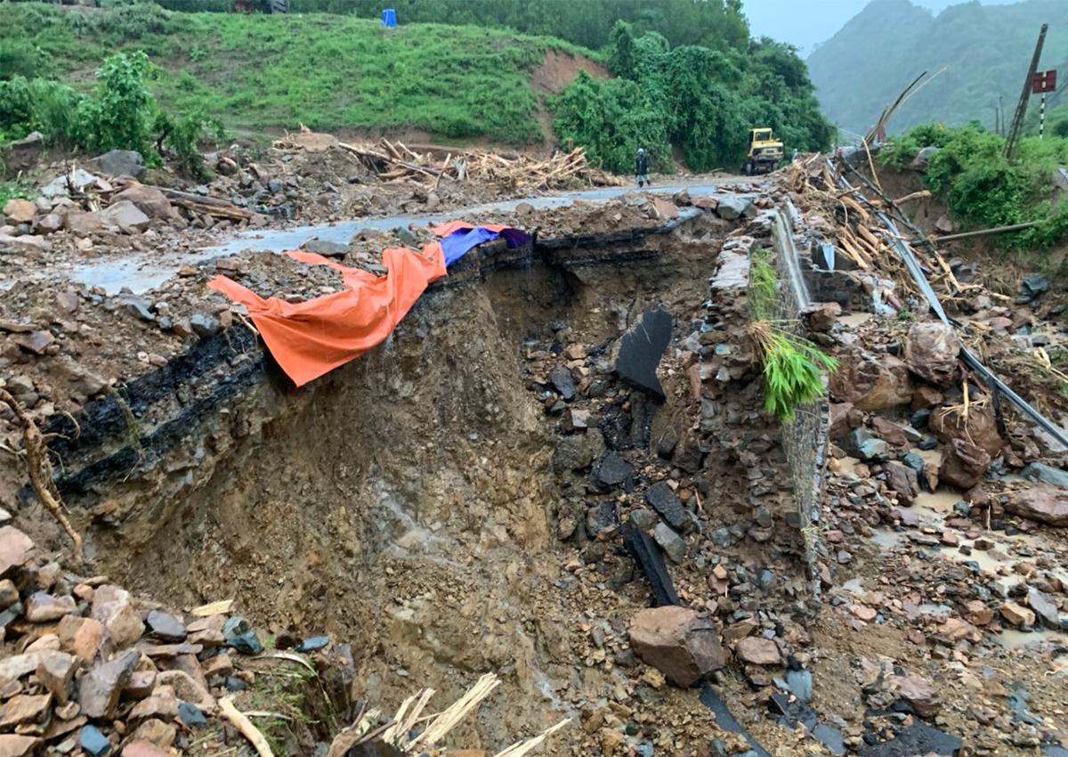 Hàng loạt tuyến đường sạt lở do mưa lũ - 3