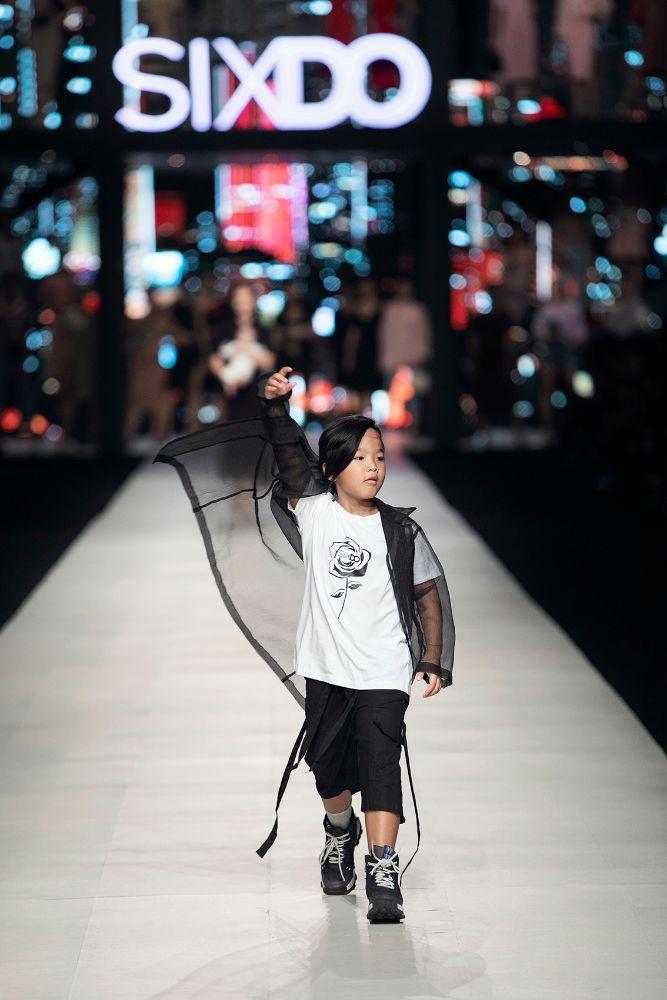 Lan Ngọc bế con nuôi của Đỗ Mạnh Cường catwalk, Lê Xuân Tiền có màn 'thoát y' gây choáng
