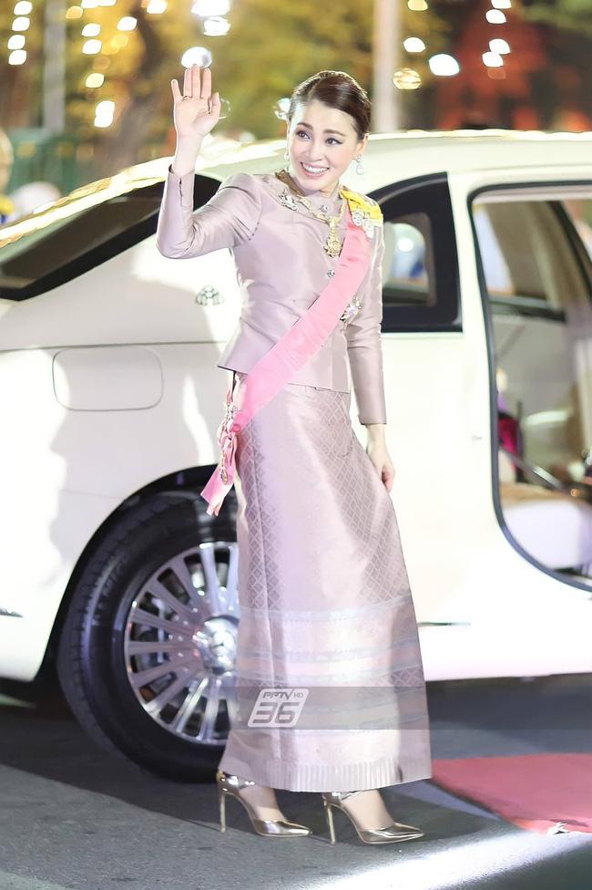 Hoàng quý phi Thái Lan gây sốt với vẻ đẹp hoàn mỹ nhưng Hoàng hậu Suthida vẫn chiếm spotlight bằng loạt ưu điểm - 12