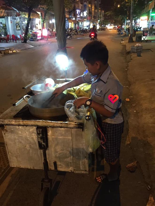 Cậu bé mặc áo đồng phục đi bán bắp luộc nuôi bà, tiết lộ của bé khiến tất cả lặng người