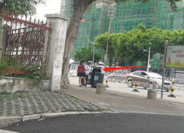 Cho 2 con ngồi bệt ở góc đường ăn sáng, ông bố không ngờ mình bị chụp ảnh, nhận lời khen tới tấp vì 1 hành động nhỏ của đám trẻ - 1