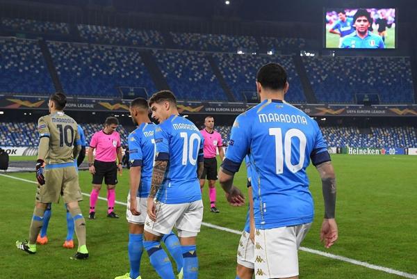 Cả đội Napoli mặc áo số 10 tưởng nhớ Maradona - 2