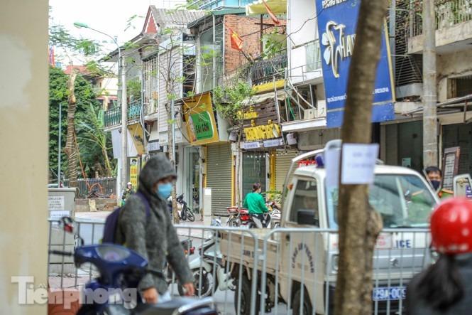 Rào chắn tứ phía cả khu phố Hà Nội vì phát hiện bom chưa nổ - 8