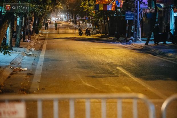 Ảnh: Cận cảnh khu vực phong tỏa nơi phát hiện và di dời thành công quả bom 340kg ở Hà Nội, người dân đã sơ tán trong đêm - 14