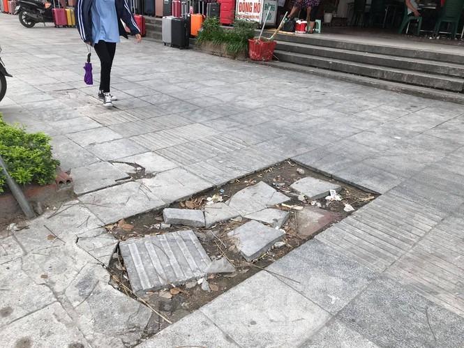 Hà Nội: Vỉa hè lát đá 'trăm tỷ' đường Nguyễn Trãi hư hỏng, vỡ vụn - 6