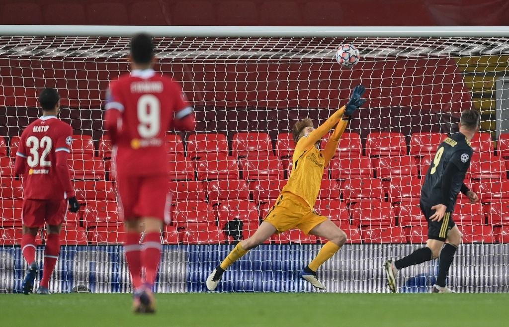 Sai lầm ngớ ngẩn của thủ môn giúp Liverpool giành vé vào knock-out Champions League - 11