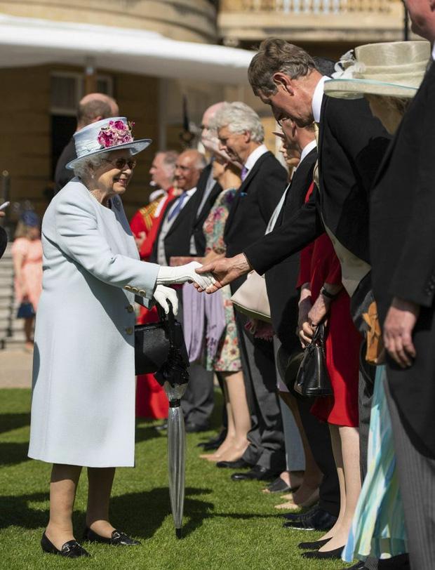 Những quy tắc mà đến cả các sao nổi tiếng cũng phải tuân thủ nếu muốn diện kiến Nữ hoàng Anh, 'file đính kèm' còn khổ sở hơn - 4