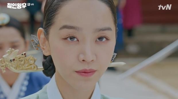"""Được Kim Jung Hyun đè ngửa hôn """"truyền trà"""", Shin Hye Sun lại vội móc họng đòi nôn ở Mr. Queen tập 4 - 7"""
