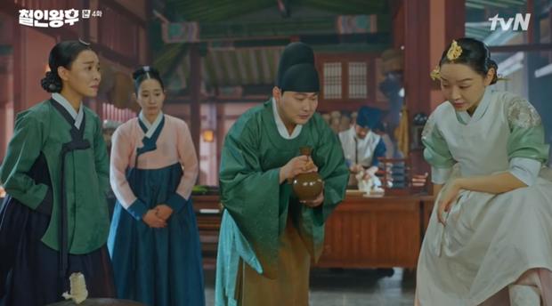 """Được Kim Jung Hyun đè ngửa hôn """"truyền trà"""", Shin Hye Sun lại vội móc họng đòi nôn ở Mr. Queen tập 4 - 3"""