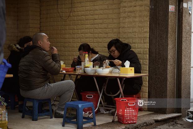 Chùm ảnh: Hà Nội rét kỷ lục, chạm ngưỡng 10 độ nhưng quán xá vẫn tấp nập, dân tình xì xụp ăn uống đủ các món mùa đông - 16