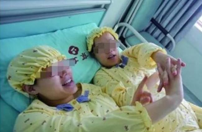 Hai chị em sinh đôi mang thai cùng lúc, sinh cùng ngày, hai đứa con giống nhau một cách kỳ lạ, xét nghiệm ADN mới phát hiện sự thật khó tin