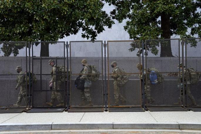 Mỹ: Hàng chục ngàn Vệ binh Quốc gia không ngừng đổ về Washington - 1