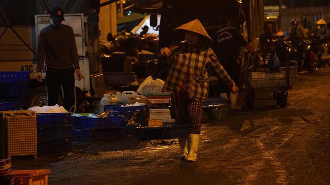 Trắng đêm mưu sinh giữa giá rét ở cảng cá lớn nhất miền Trung - 1
