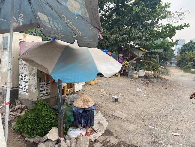 Bà cụ bán rau ngồi bó gối giữa phố Sài Gòn khiến dân mạng cảm động, bất ngờ nhất là hành động của chàng trai chụp hình