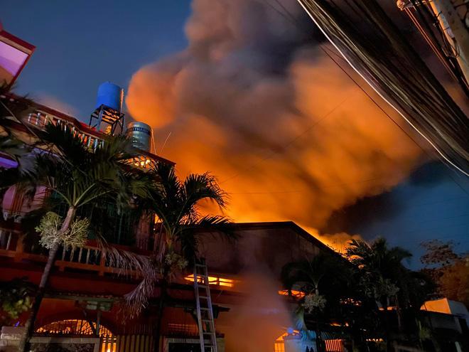 TP.HCM: Kho chứa vải cháy đỏ rực cả bầu trời, cháy lan sang công ty nhựa - 1