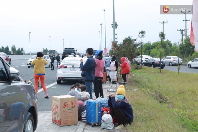 Ảnh: Người dân vạ vật trên cao tốc Hải Phòng - Quảng Ninh vì diễn biến bất ngờ của dịch COVID-19 - 12