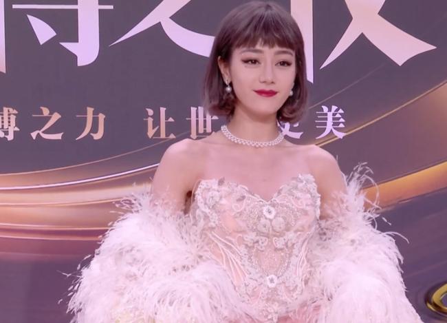 Dàn mỹ nhân đình đám Hoa ngữ bị soi nhược điểm tại Đêm hội Weibo: Địch Lệ Nhiệt Ba và Triệu Lệ Dĩnh lộ dấu hiệu lão hóa