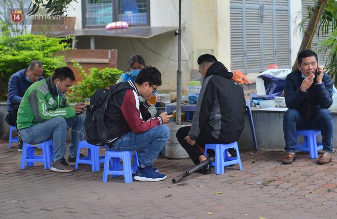 Ảnh: Trà đá vỉa hè Hà Nội vẫn bán tràn lan, bất chấp lệnh cấm phòng dịch Covid-19 - 4