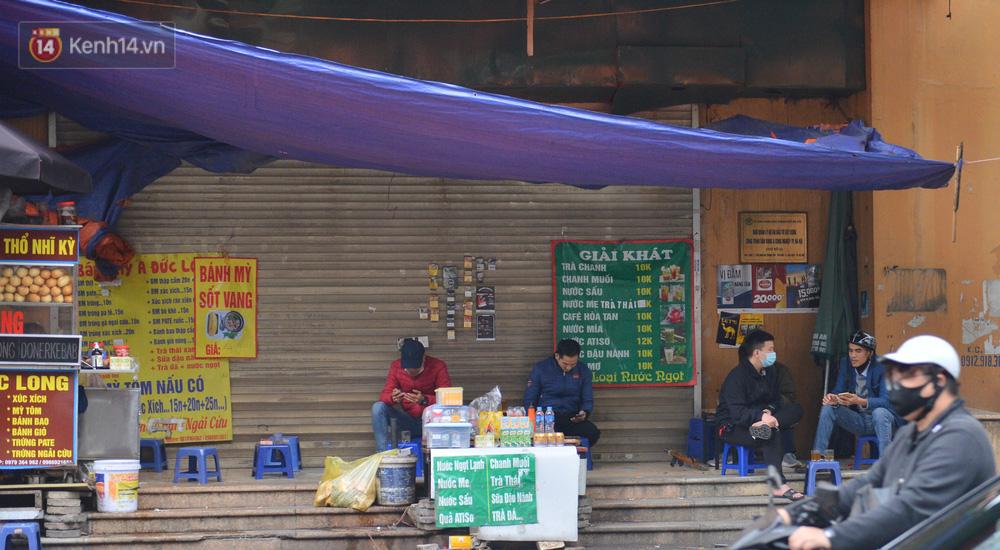 Ảnh: Trà đá vỉa hè Hà Nội vẫn bán tràn lan, bất chấp lệnh cấm phòng dịch Covid-19 - 12