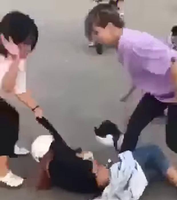 Nữ sinh lớp 8 bị nhóm bạn hò hét xé áo, đánh đập dã man - 2