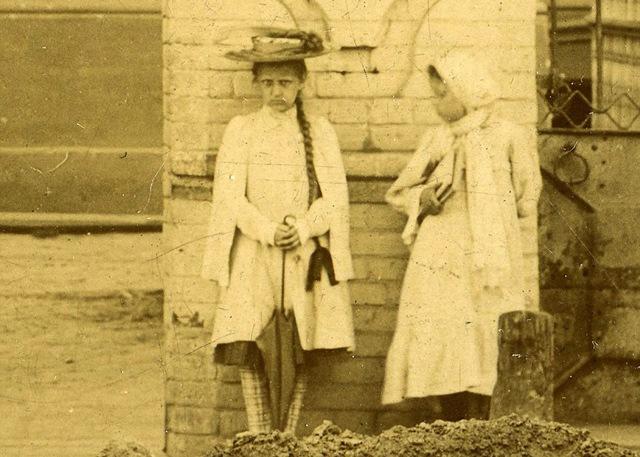 Bí ẩn bé gái xuất hiện trong loạt ảnh chụp 100 năm về trước với cách tạo dáng biểu cảm nghiêm nghị '10 tấm như 1' không ai lý giải nổi - 3