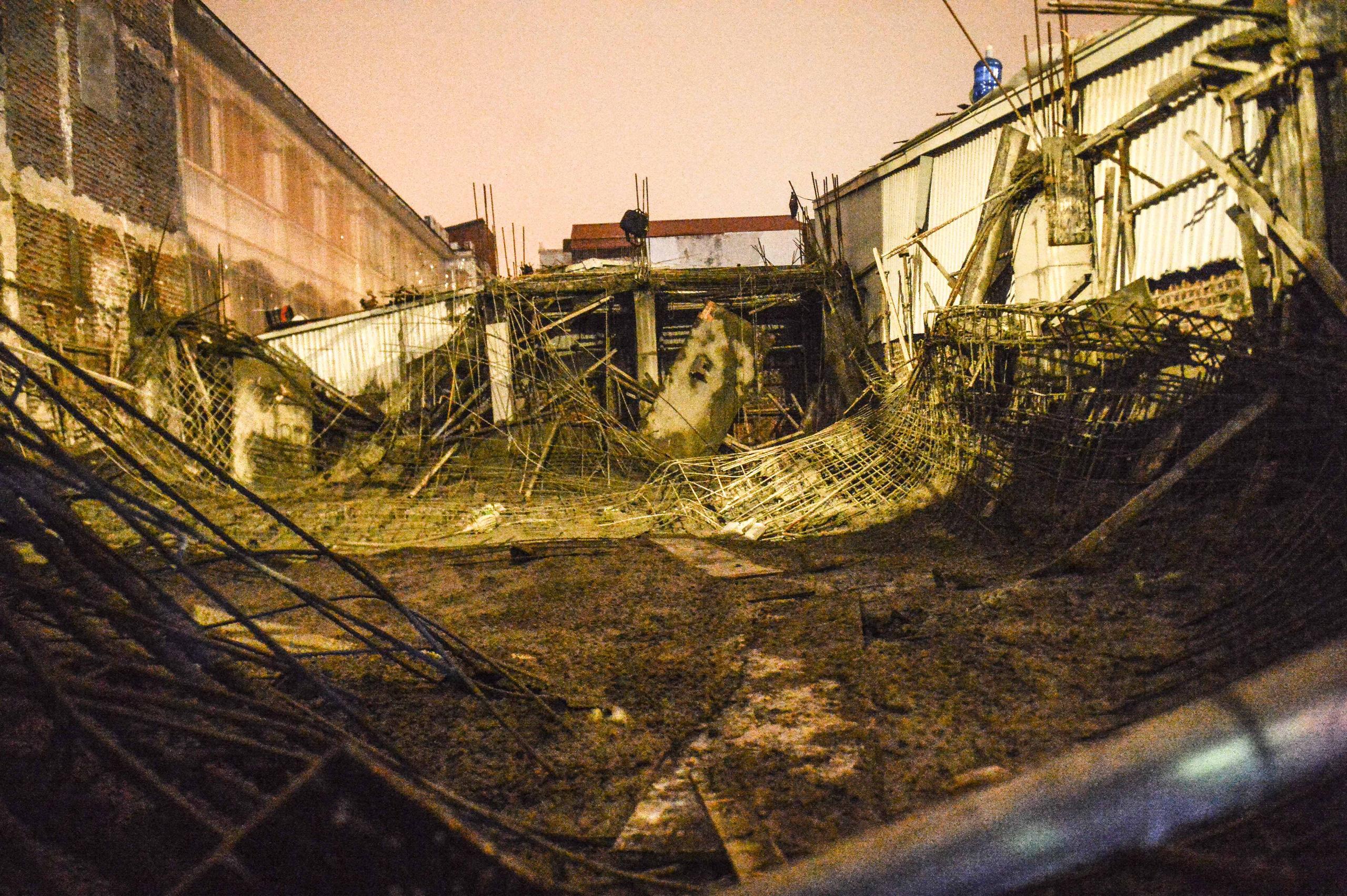 Cận cảnh hiện trường vụ sập giàn giáo trên đường Phạm Văn Đồng ở Hà Nội - 15