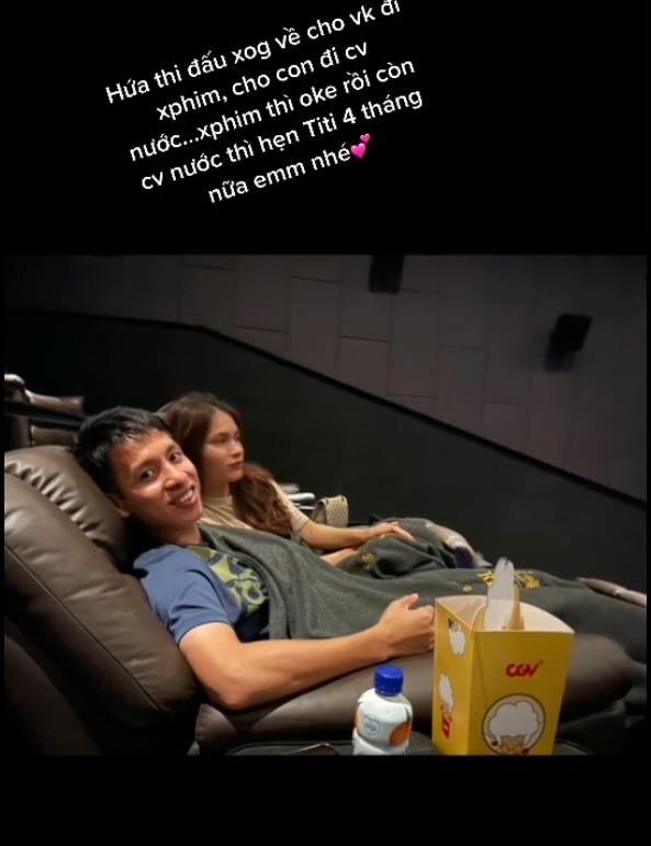 Hùng Dũng đưa vợ đi xem phim trong hoàn cảnh 'trớ trêu', hứa dẫn con trai đi công viên nước khi chân lành - 1