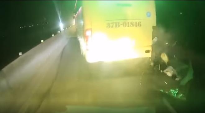 2 thanh niên chạy xe máy với tốc độ 'khủng khiếp' đâm vào đuôi xe khách, 1 người tử vong - 1
