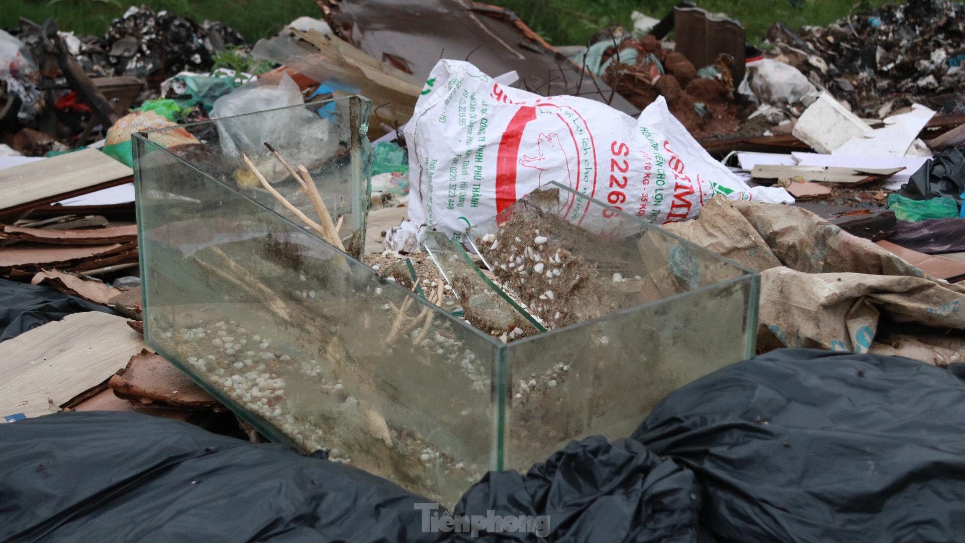 Bãi rác tự phát khổng lồ kéo dài trên đoạn đường 'trăm tỷ' ở Hà Nội - 11