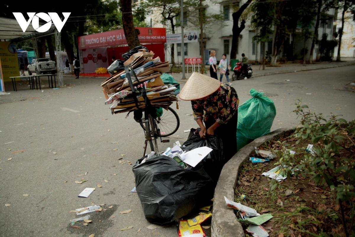 Học sinh vô tư xả rác trong ngày hội tư vấn tuyển sinh-hướng nghiệp - 8