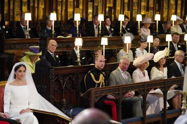 Hoàng tử Harry cuối cùng đã có mặt tại Anh để chịu tang ông nội, lần đầu tiên trở về quê hương sau hơn 1 năm rời bỏ gia tộc - 1