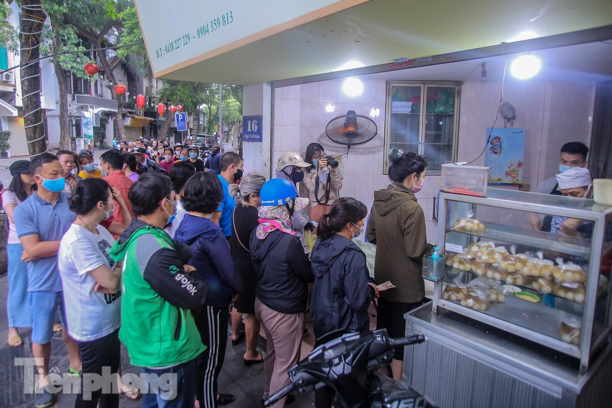 Người dân Thủ đô xếp hàng mua bánh trôi, bánh chay từ sáng tinh mơ - 14