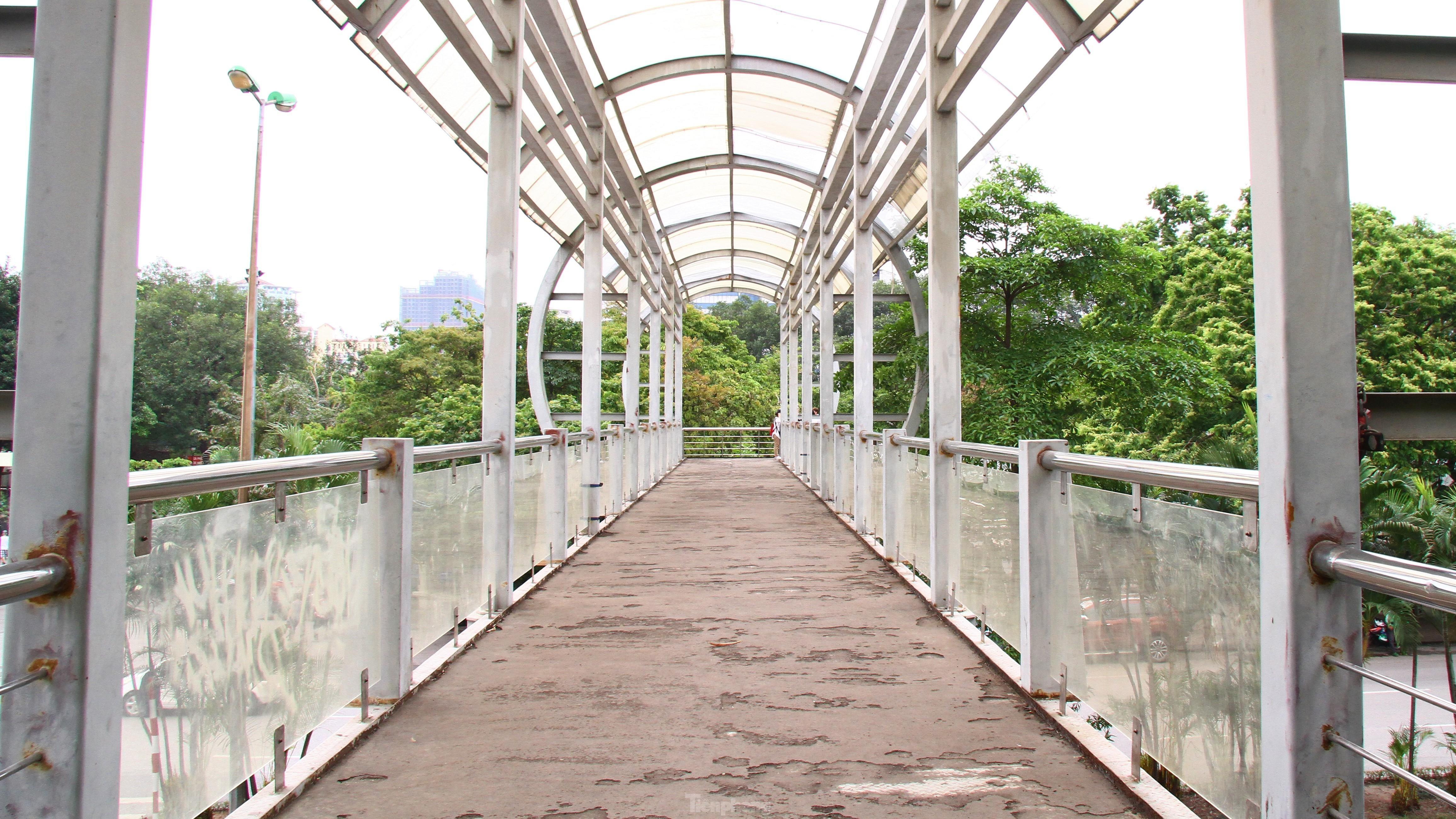 Cầu vượt, hầm đường bộ ngày 'ế khách', tối thành chốn hẹn hò - 1