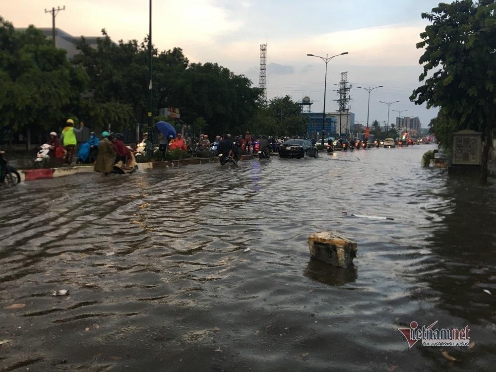 Mưa như trút, nhiều tuyến đường ở Sài Gòn ngập lênh láng - 7