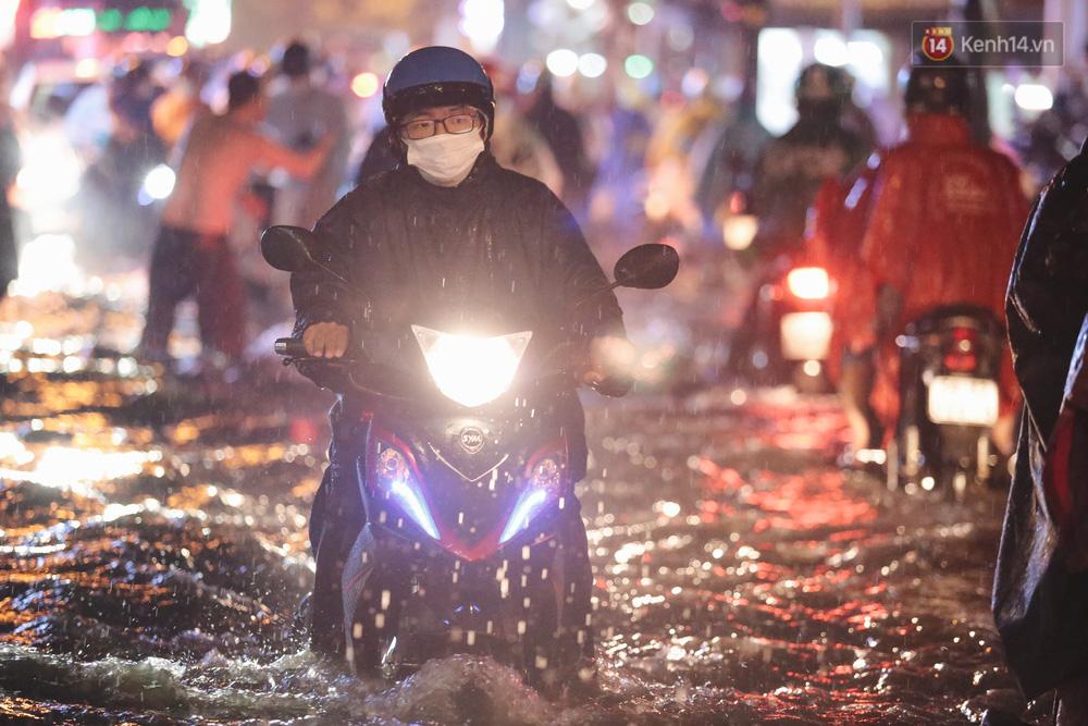 Ảnh: Đường ngập nặng, người Sài Gòn giúp nhau đẩy xe chết máy vượt nước chảy xiết - 9