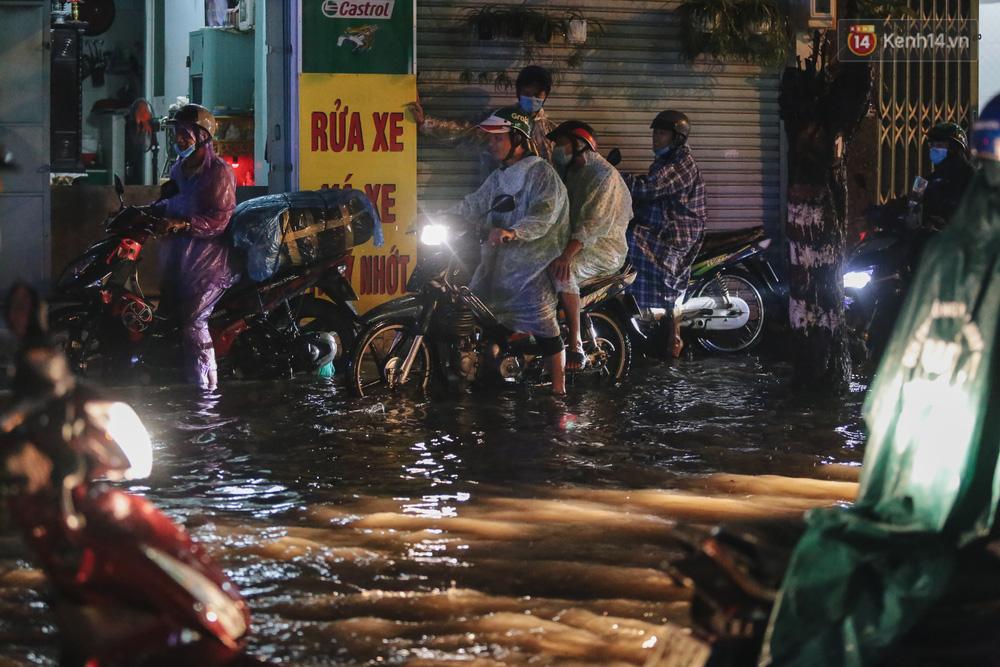 Ảnh: Đường ngập nặng, người Sài Gòn giúp nhau đẩy xe chết máy vượt nước chảy xiết - 15