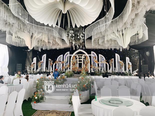 Đám cưới Phan Mạnh Quỳnh tại Nghệ An: Cô dâu đeo vàng siêu nhiều và tình tứ bên chú rể gây sốt, tiệc cưới khủng 'náo loạn' cả làng quê! - 17
