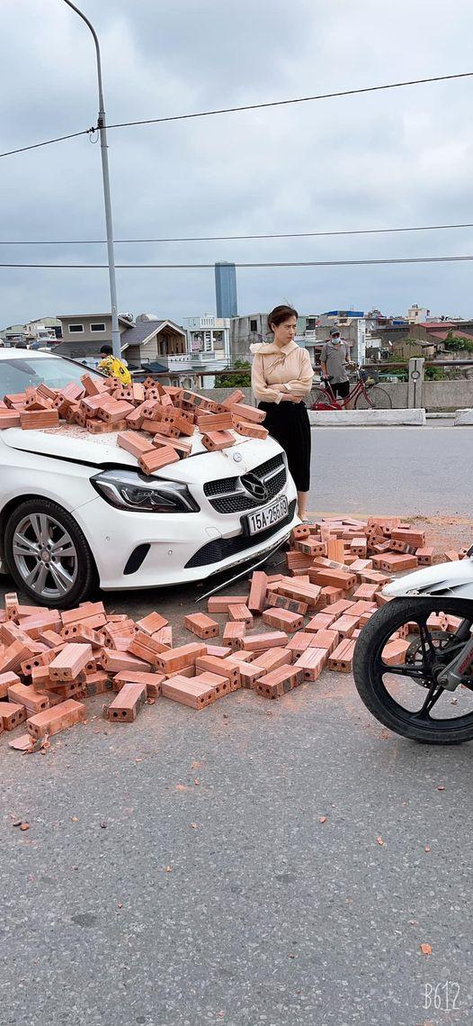 Xe xích lô chế chở gạch tông móp đầu Mercedes tiền tỷ, nữ tài xế khoanh tay bất lực đứng nhìn - 1