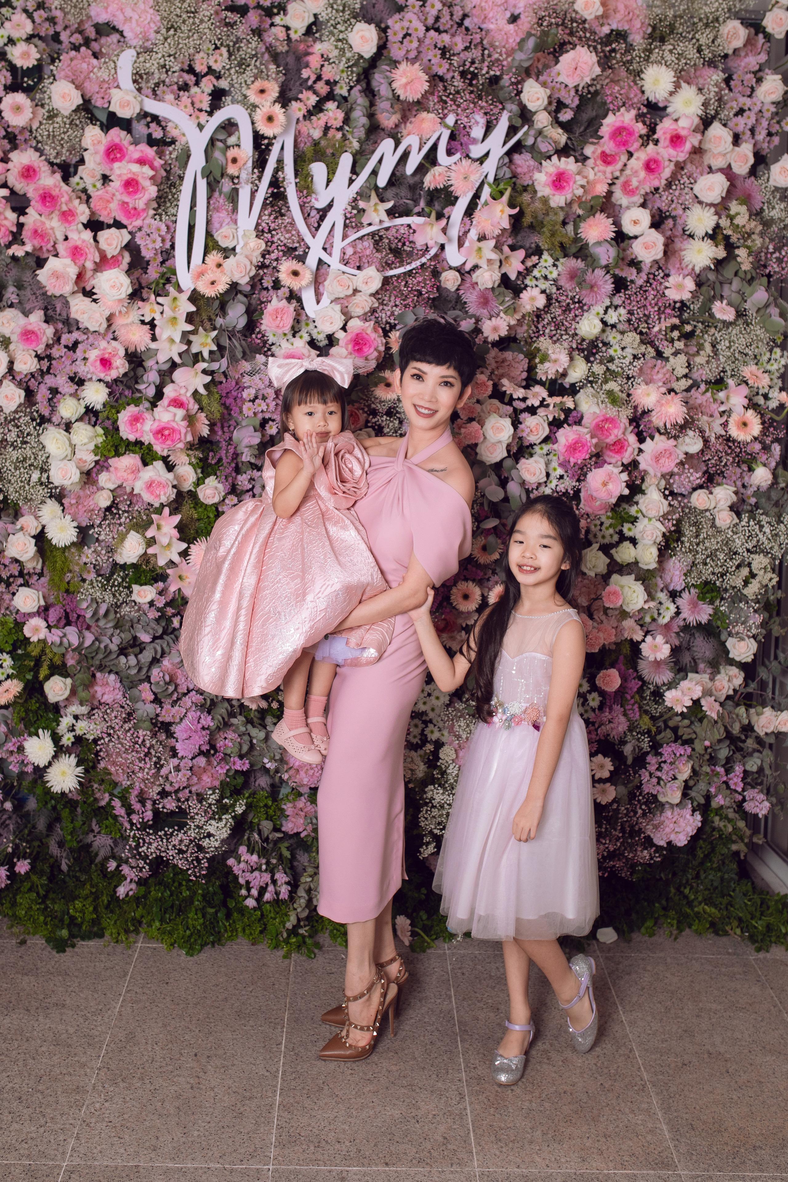 Con gái Trương Ngọc Ánh diện váy voan ra dáng quý tộc, so kè cùng dàn chân dài Vbiz tại tiệc hồng của NTK Đỗ Mạnh Cường - 4