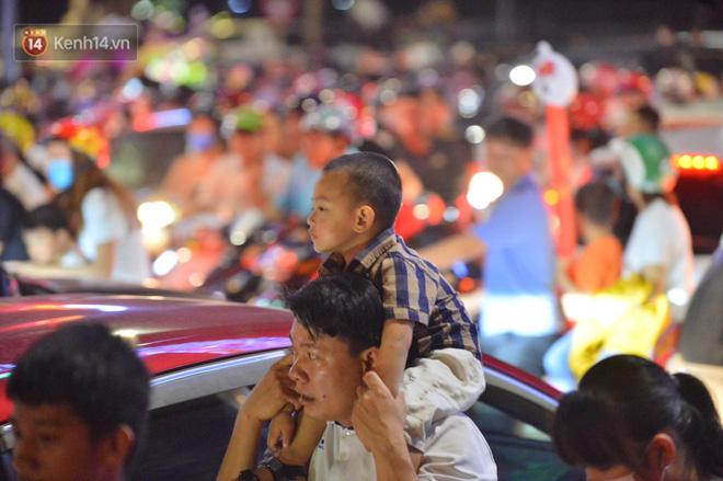 Ảnh: Phụ huynh mệt nhoài, trẻ em ngủ gật trên vòng tay cha mẹ sau khi xem pháo hoa ngày Giỗ Tổ Hùng Vương - 23