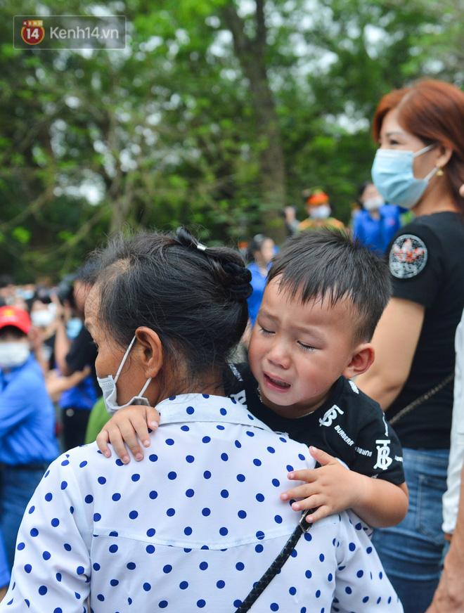 Ảnh: Trẻ em khóc thét, người nhà dùng hết sức đưa con thoát cảnh vạn người chen chúc tại Đền Hùng - 18
