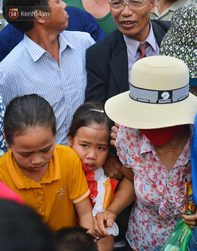 Ảnh: Trẻ em khóc thét, người nhà dùng hết sức đưa con thoát cảnh vạn người chen chúc tại Đền Hùng - 8