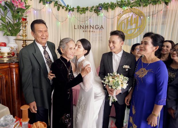 Đám cưới Phan Mạnh Quỳnh và vợ hot girl tại Nha Trang: Cô dâu khoe vòng 1 hững hờ, 'cẩu lương' ngập trời - 3