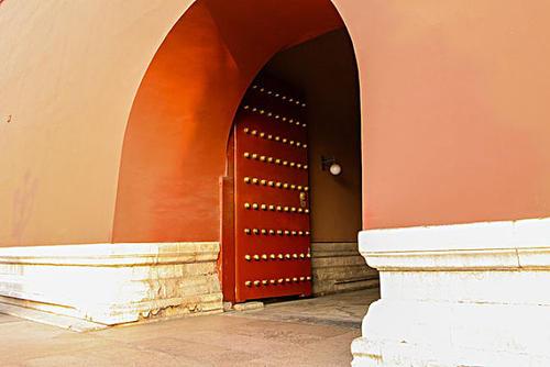 Tại sao các cổng thành đều được thiết kế mở vào bên trong mà không mở ra ngoài?