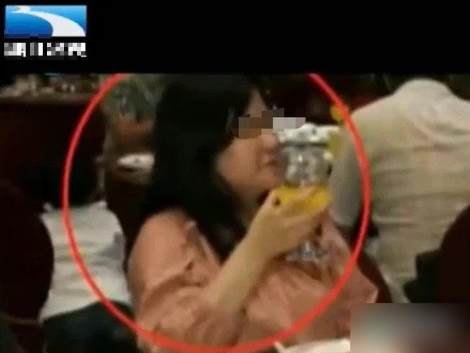 Giữa hôn lễ xuất hiện 1 phụ nữ vô tư ăn uống, chủ động tham gia mọi hoạt động, cô dâu chú rể ngơ ngác rồi choáng váng sau khi kiểm tra camera giám sát