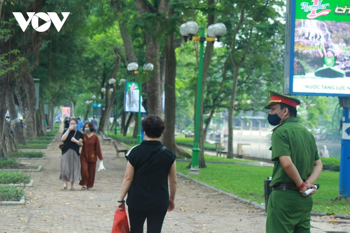 Công viên ở Hà Nội đồng loạt đóng cửa phòng chống dịch Covid-19 - 11