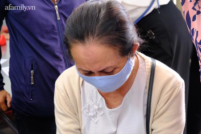 Mẹ cô giáo Cà Mau gặp nạn trong vụ cháy nhà, 8 người chết thảm ở TP.HCM đẫm nước mắt chờ nhận thi thể con - 3