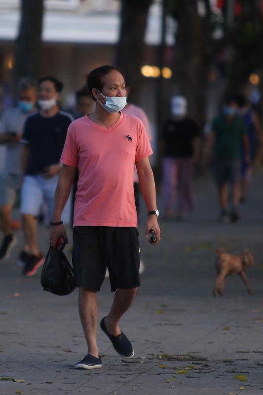 Hà Nội: Phớt lờ lệnh cấm, người dân chủ quan chen chúc tập thể dục ở công viên - 7